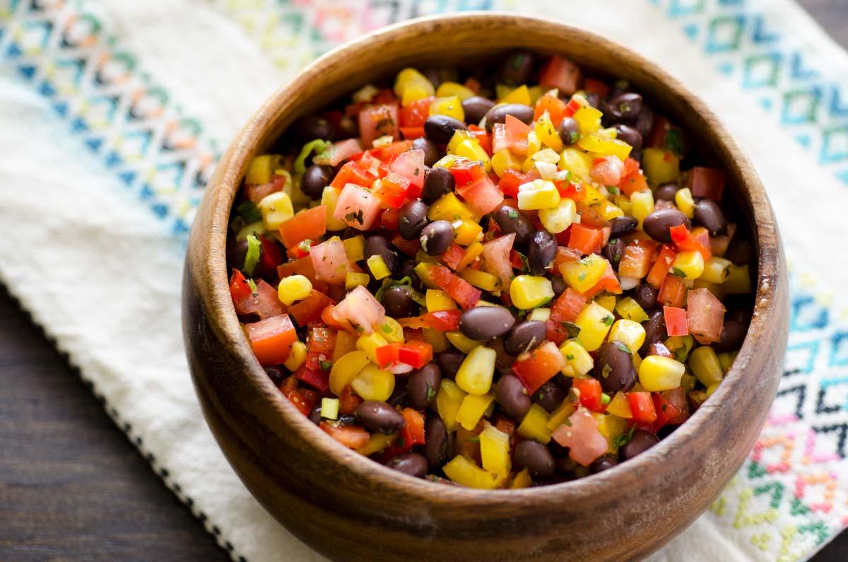 Ensalada de frijoles negros y maíz con lima